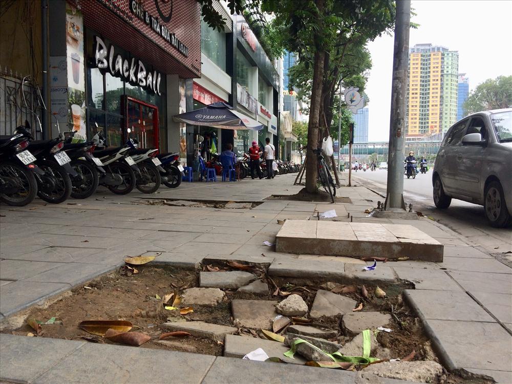 Nhiều đoạn vỉa hè bong tróc đá thành hố sâu khoảng 20cm tại đường Trần Duy Hưng.