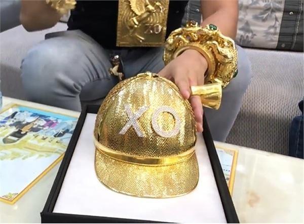 Chiếc mũ bằng vàng gắn 260 viên kim cương mang tên mình của Phúc XO