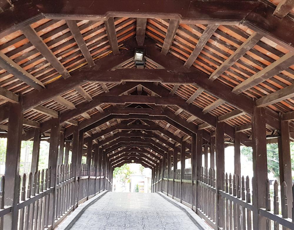 Cầu được làm chủ yếu bằng gỗ lim. Ảnh: NT