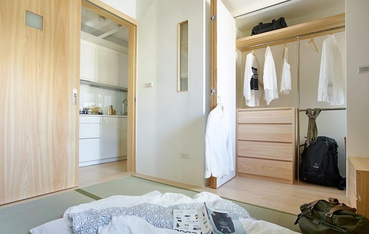 Tủ quần áo cũng được thiết kế mở với các kệ có thể điều chỉnh, bên ngoài có một cánh cửa tượt để bảo vệ quần áo không bị bụi bám vào.