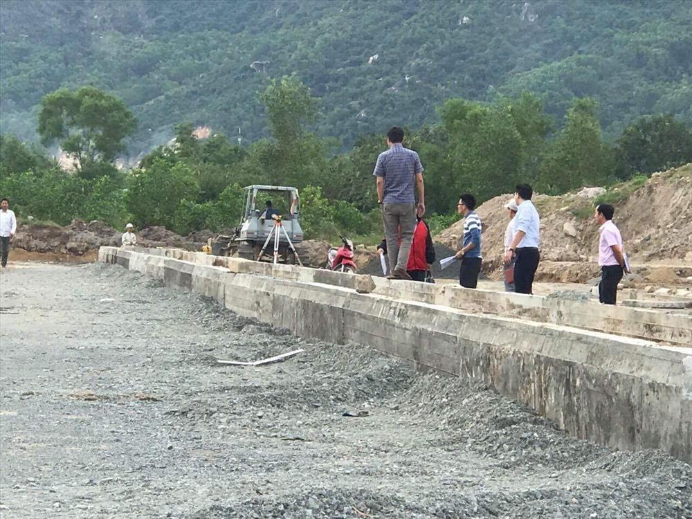 Một góc dự án nhà ở Phước Lợi đang thi công dở dang. Ảnh: H.H
