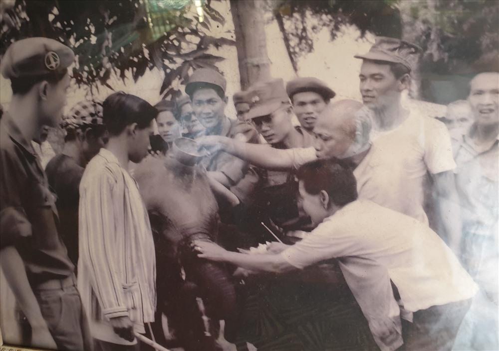 Hình ảnh quý hiếm mà ông Khăm Phết còn giữ về con voi trắng mà Amakong từng tặng cho Tổng thống Ngô Đình Diệm.
