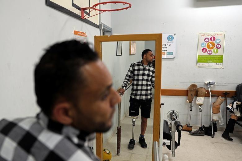 Anh Palestinian Basim Abu Obaid, 32 tuổi đang ướm thử chiếc chân giả anh mới lắp.