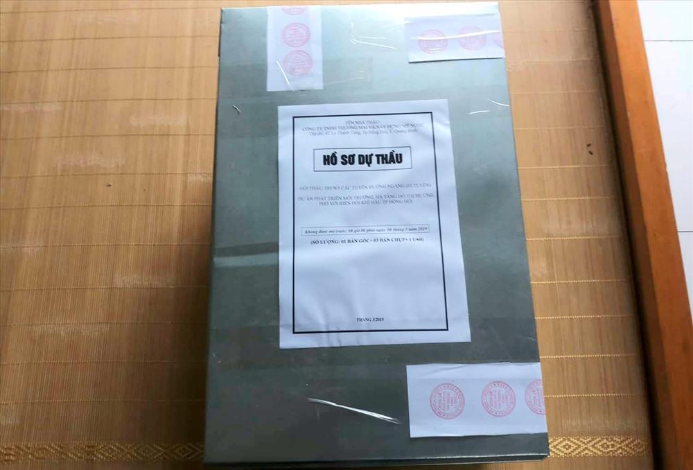 Thùng hồ sơ của công ty ông Mỹ đem về sau khi không nộp để tham gia đấu thầu.