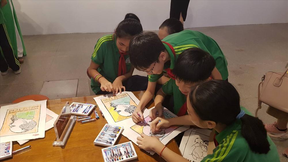 Học sinh tham gia hoạt động in tranh khắc gỗ về Chủ tịch Hồ Chí Minh từ một số bức tranh mẫu được lựa chọn trong trưng bày