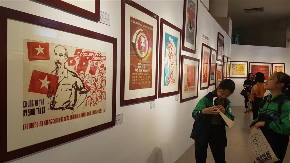 Triển lãm trưng bày hơn 60 bức tranh cổ động.