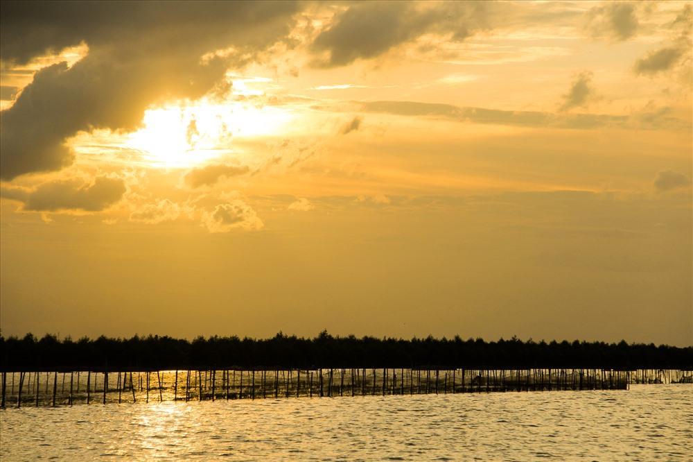 Khi chiều đã dần tà, cùng ngư dân quay thuyền trở về bờ, du khách sẽ được thả mình trong cảnh đẹp hoàng hôn trên phá Tam Giang. Đây chắc chắn sẽ là trải nghiệm ấn tượng khó phai trong lòng nhiều người.