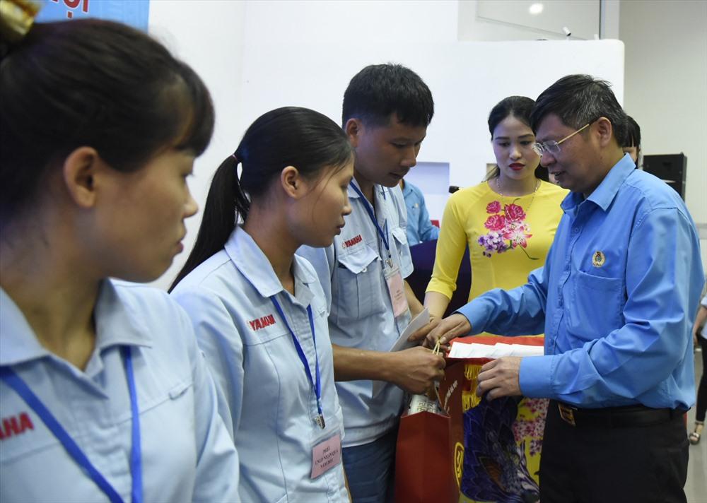 Phó Chủ tịch Tổng LĐLĐVN Phan Văn Anh trao quà cho CNLĐ có hoàn cảnh khó khăn. Ảnh: Công Nguyễn