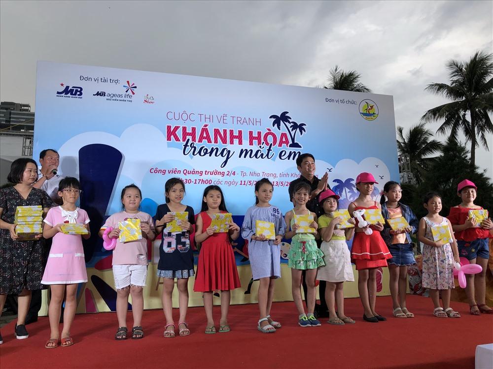 Ban tổ chức trao giải cho các em đạt giải thưởng tại cuộc thi. Ảnh: Châu Tường