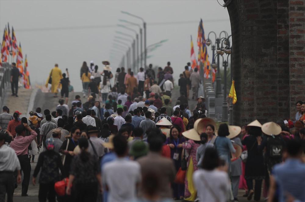 Từ sáng sớm, đông đảo phật tử, du khách đã đến chùa Tam Chúc để dự lễ hội.