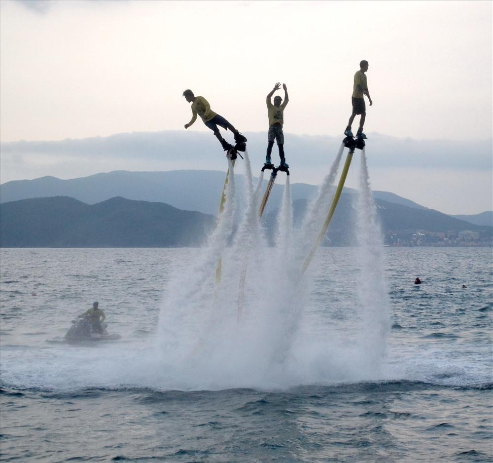 Lực đẩy có thể khiến nó đưa người sử dụng bay lên tới độ cao 9 - 10m so với mặt nước. Ảnh: Châu Tường