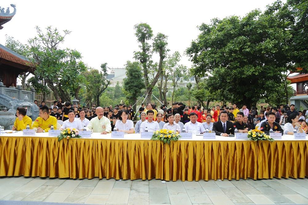 Các vị lãnh đạo địa phương, đại diện nhà tài trợ, các võ sư nổi tiếng và đông đảo võ sinh tham dự sự kiện. Ảnh: FLC