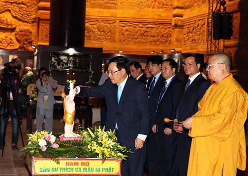Phó Thủ tướng Phạm Bình Minh thực hiện nghi lễ tắm Phật tại chùa Tam Chúc. Ảnh: VGP/Hải Minh