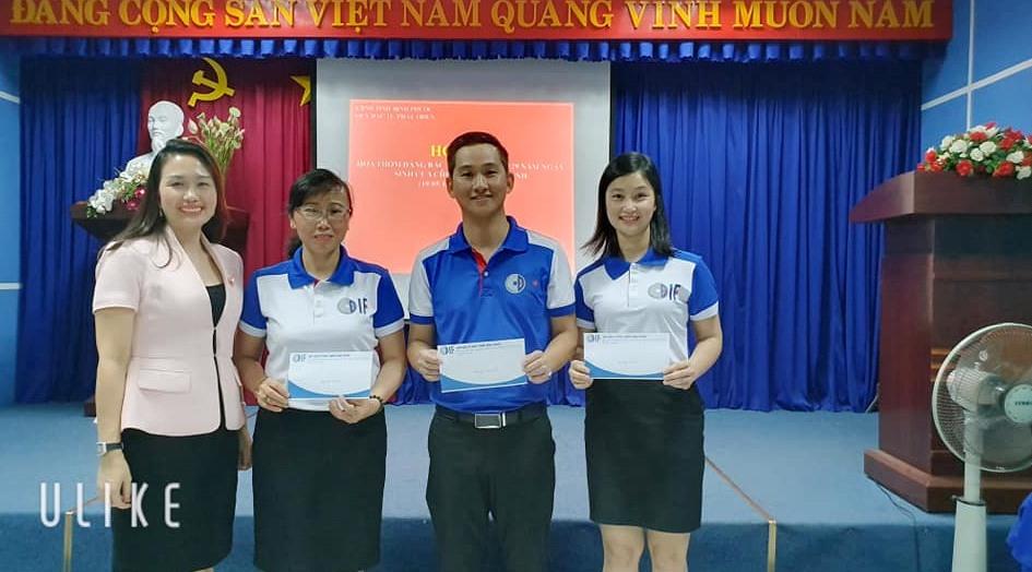 Giám đốc Quỹ đầu tư phát triển Bình Phước Võ Thị Anh Đào trao giải Nhất, Nhì, Ba cho các đội.
