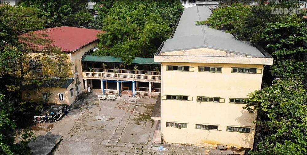 Sau hơn 40 năm xây dựng và hoạt động, cơ sở vật chất của trường THPT Trương Định (Hoàng Mai, Hà Nội) đã xuống cấp trầm trọng. Đặc biệt dãy nhà B dù đã bị nghiêng, tường trần bong tróc nhưng vẫn phải sử dụng.