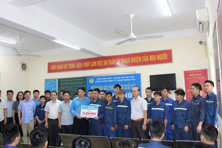 Đồng chí Phạm Hồng Hạnh – Phó Chủ tịch Thường trực Công đoàn TKV thăm, tặng quà CNLĐ Công ty than Dương Huy