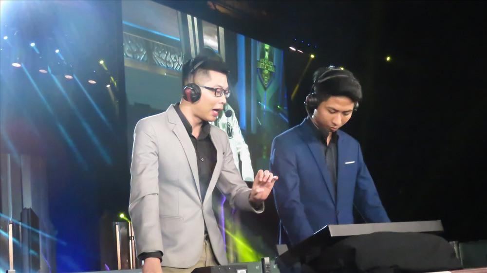 BLV Lê Khôi (trái) và Đức Lợi. Ảnh: Việt Hùng.