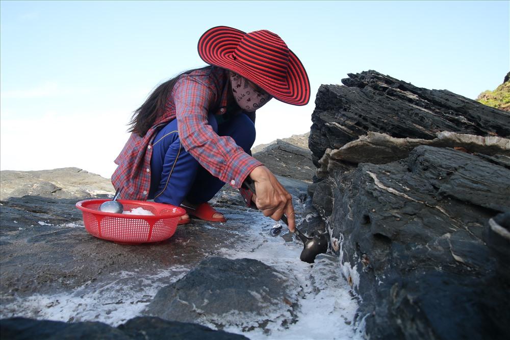 Theo tuần hoàn con nước lớn rồi con nước ròng, khi thủy triều dâng lên và rút đi sẽ để lại trong các hốc đá của dãy núi Bàn Than những vũng nước biển đầy vị mặn.