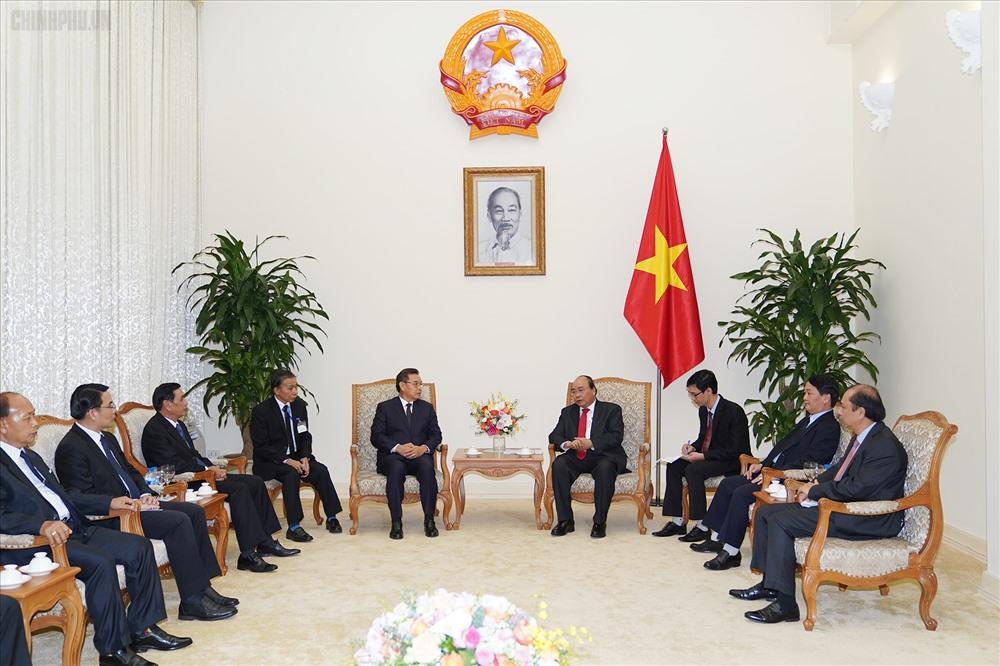 Thủ tướng Nguyễn Xuân Phúc tiếp Đoàn đại biểu cấp cao Lào do Ủy viên Bộ Chính trị, Chủ tịch Trung ương Mặt trận Lào xây dựng đất nước Saysomphone Phomvihane dẫn đầu. Ảnh: VGP.
