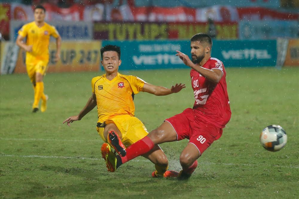 Dẫn trước 2 bàn, các cầu thủ Viettel chủ động chơi chậm dưới cơn mưa lớn ở sân Hàng Đẫy.