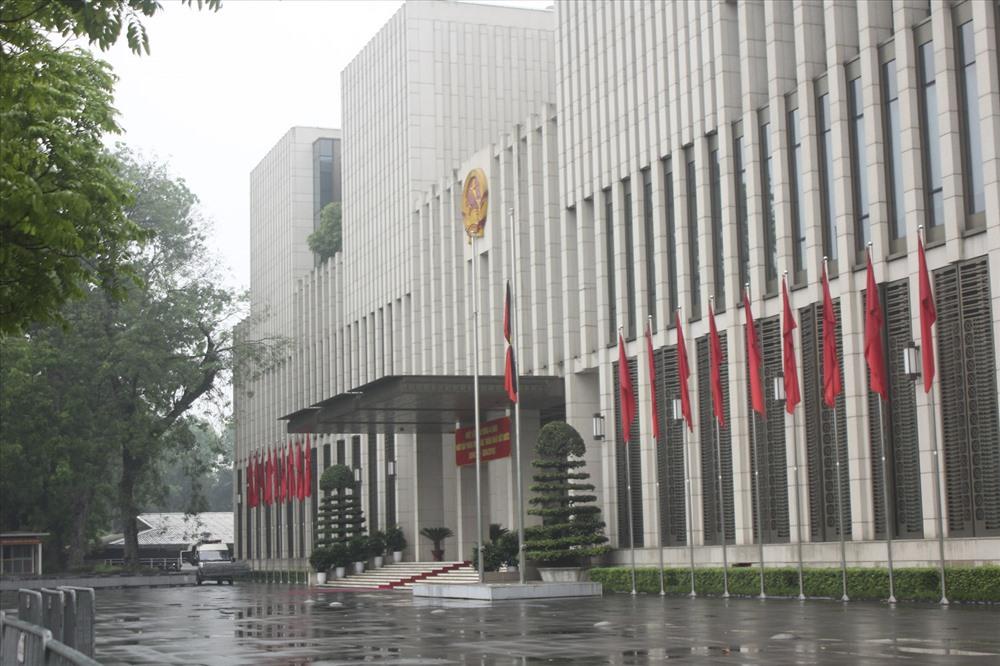Hình ảnh cờ rủ tại tòa nhà Quốc hội. Ảnh Trần Vương