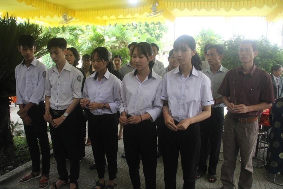 Sáng cùng ngày, tại quê nhà Đại tướng Lê Đức Anh xã Lộc An, huyện Phú Lộc (Thừa Thiên - Huế) đông đảo người dân cùng chinh quyền địa phương đã đến thắp hương, tham gia lễ viếng tại nhà thờ tư gia.