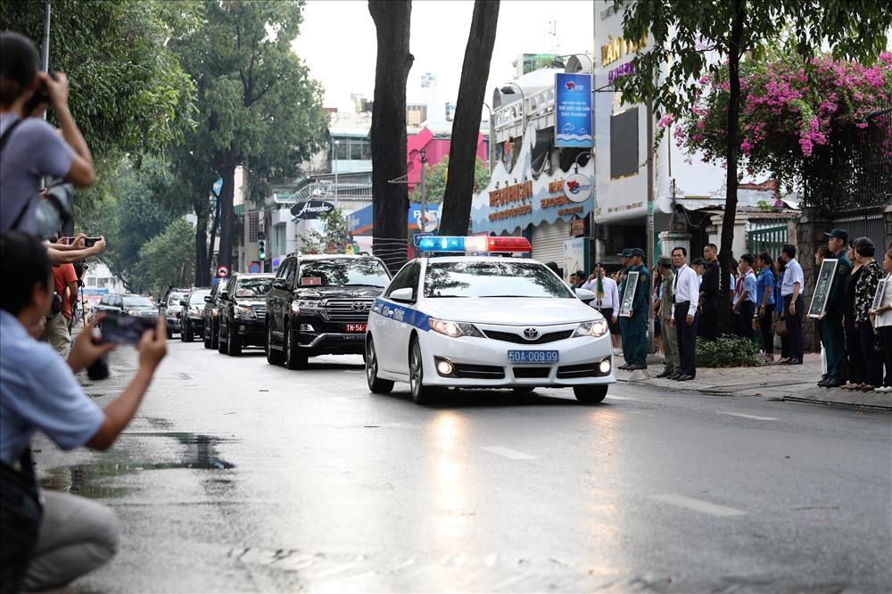 15h50, đoàn xe chở thi hài nguyên Chủ tịch nước Lê Đức Anh từ từ tiến về. Ảnh: Trường Sơn