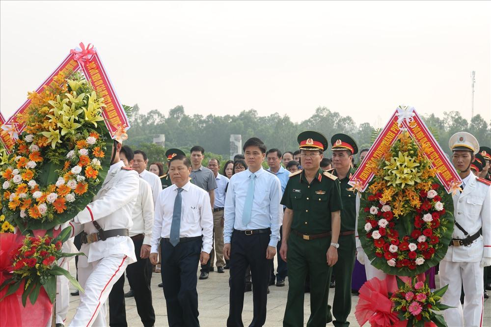 Các đồng chí trong Ban Chỉ đạo Tháng hành động ATVSLĐ Trung ương đi viếng hương và đặt vòng hoa tại Khu tưởng niệm các Anh hùng liệt sĩ. Ảnh: Đ.V