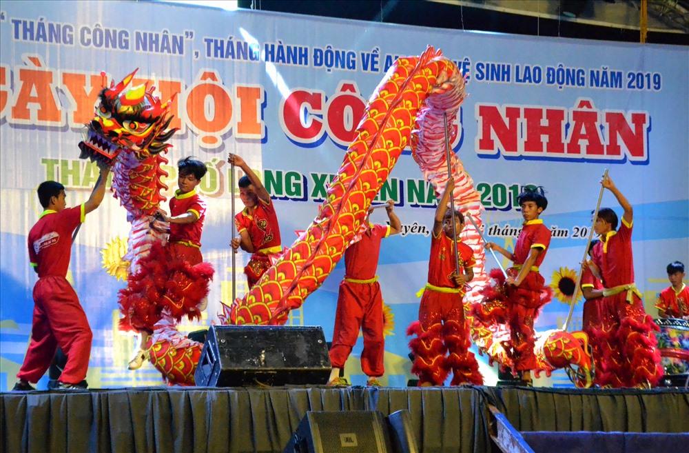 Nhiều đoàn viên, CNLĐ có mặt tại sự kiện khai mạc Ngày hội Công nhân thích thú với tiết mục múa rồng nghệ thuật. Ảnh: Lục Tùng