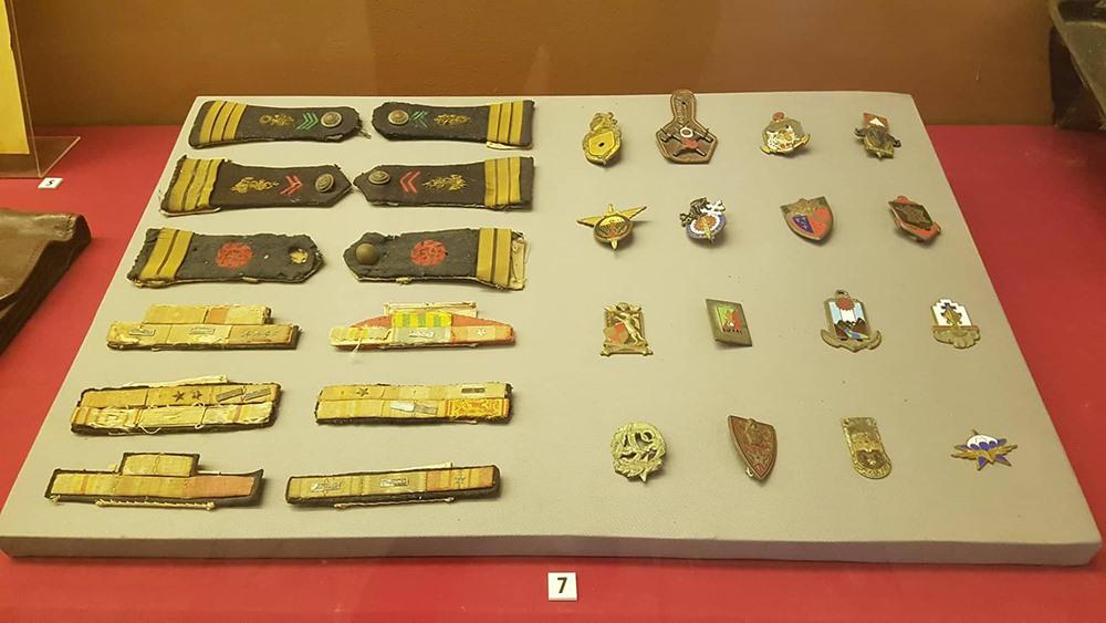 Những cầu vai, phù hiệu, cuống huân huy chương được bộ đội Việt Nam thu được của sĩ quan, binh lính Pháp ở Điện Biên Phủ năm 1954.