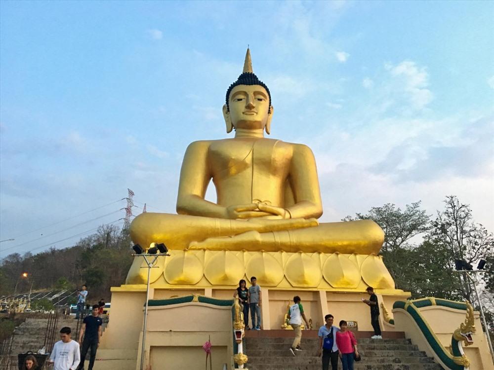 Tượng Phật lớn đặt trên ngôi chùa núi Samleau với hướng nhìn ra sông Mêkong và toàn thành phố Pakse