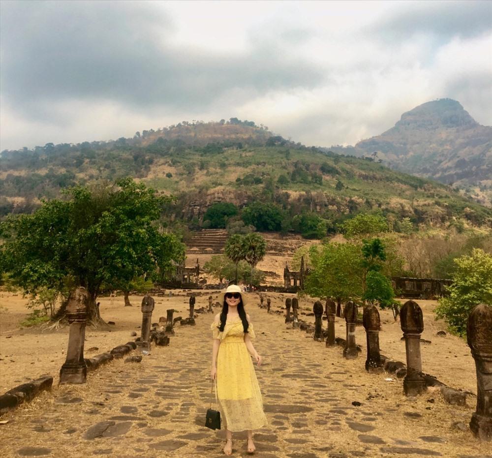 Con đường được lót bằng những tảng đá phẳng dẫn đến chân núi nơi có hai ngôi đền chính nằm đối xứng với nhau. Hai bên là những cột trụ đá hình Linga, biểu tượng của thần Shiva