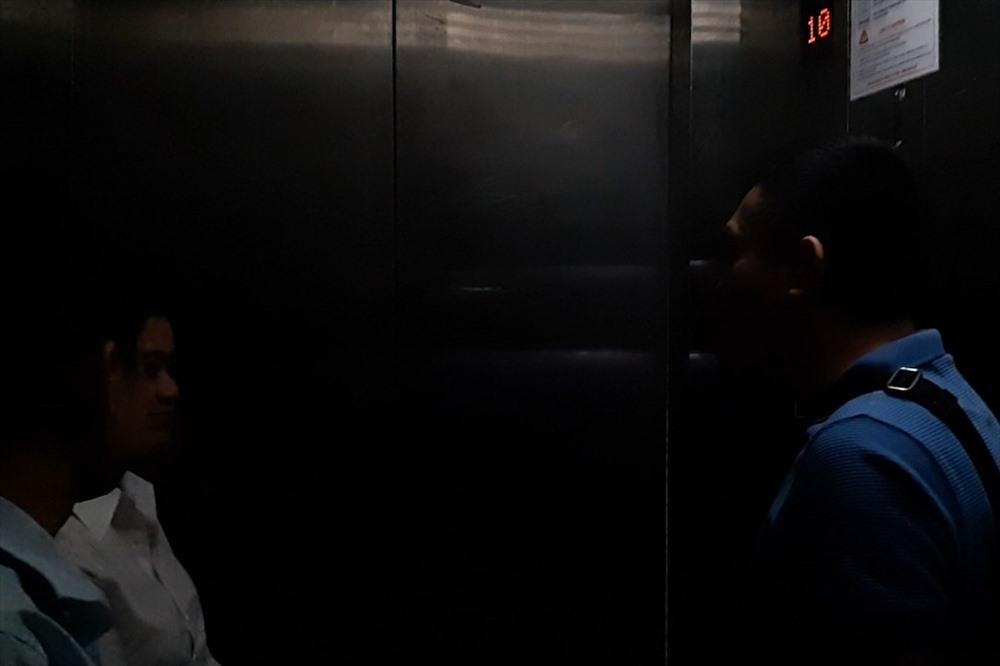 Ánh sáng trong thang máy mập mờ, không nhìn rõ mặt người đối diện cùng ở trong thang.