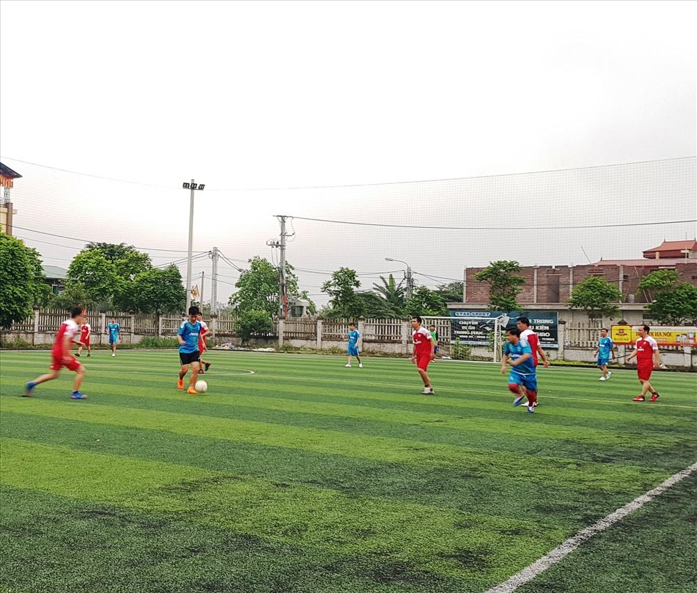 Ngay sau lễ khai mạc các đội bóng đã bước vào tranh tài và cống hiến cho người xem những pha bóng đẹp. Ảnh: NT