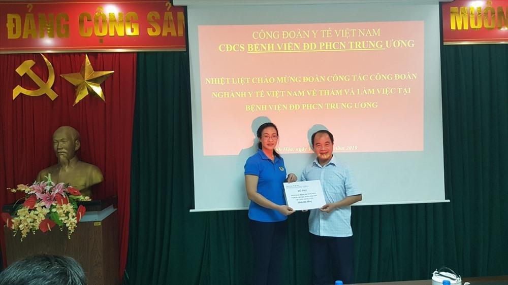 PGS. TS Phạm Thanh Bình - Chủ tịch CĐ Y tế VN - trao hỗ trợ cho CĐ Bệnh viện để gửi tới đoàn viên mắc bệnh hiểm nghèo.