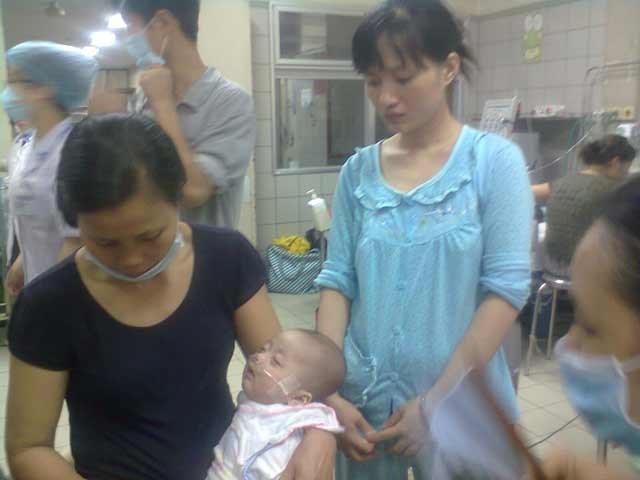 Xót đau cho đôi vợ chồng trẻ có 2 con bệnh sởi thoi thóp trong 2 bệnh viện
