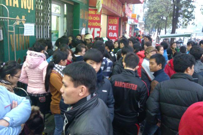 Nhà xe Văn Minh: Xếp hàng thâu đêm đợi mua vé xe Tết