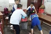 """Thái Bình: Lớp học biến thành """"sông"""", học sinh phải dùng gầu múc nước"""