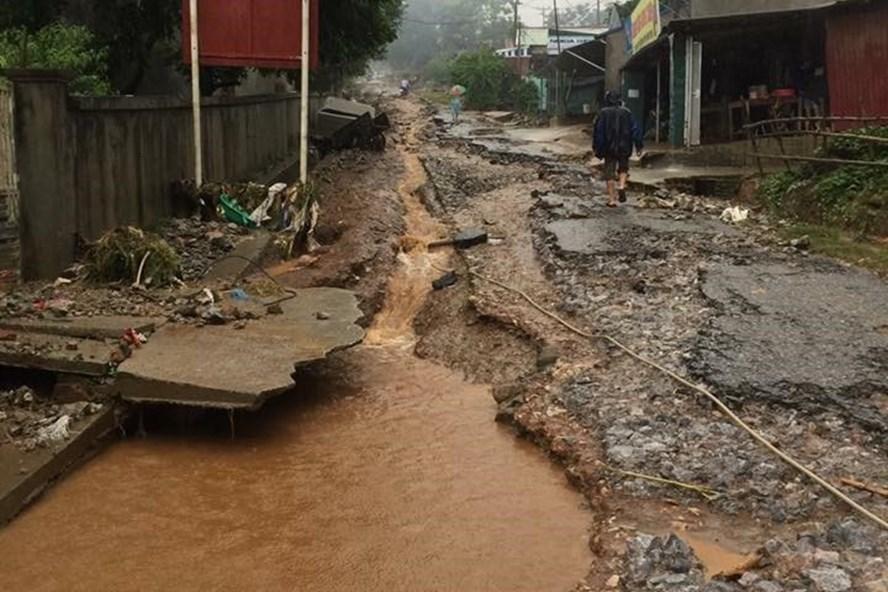 Lũ lụt làm hỏng đường ở Đà Bắc - Hòa Bình. Ảnh: Đình Tưởng