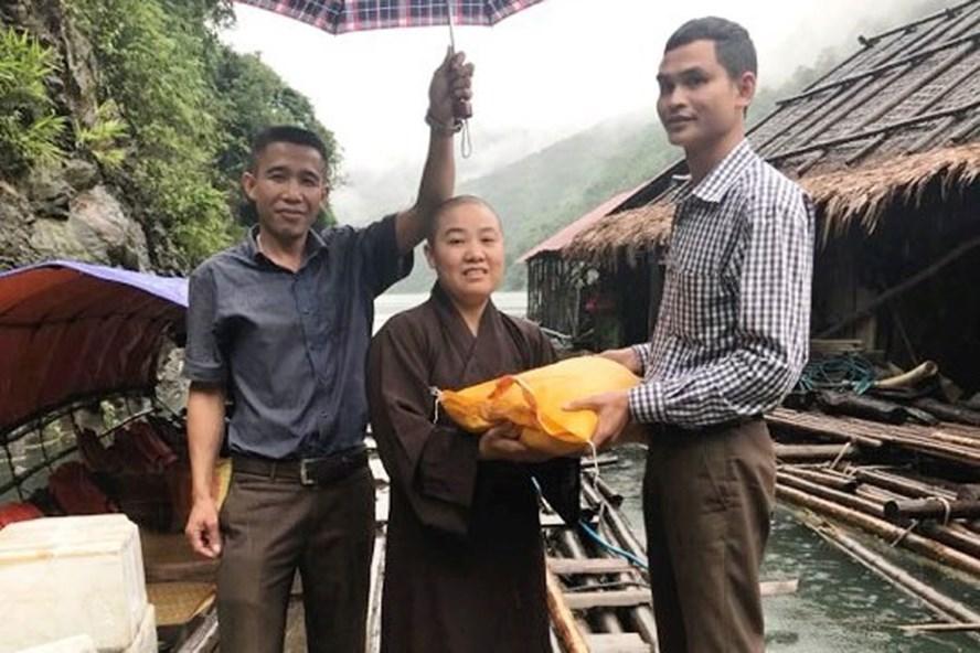 Ông Lô Văn Chiến, Chủ tịch UBND xã Hữu Khuông (phải), tiếp nhận quà từ đoàn từ thiện. Ảnh: ĐT