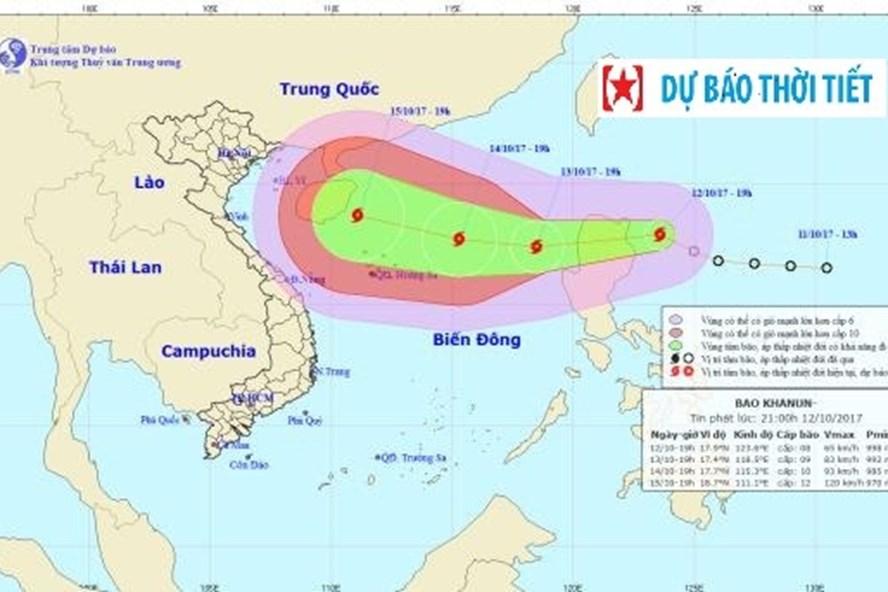 Vị trí và hướng đi của bão Khanun. Ảnh: NCHMF