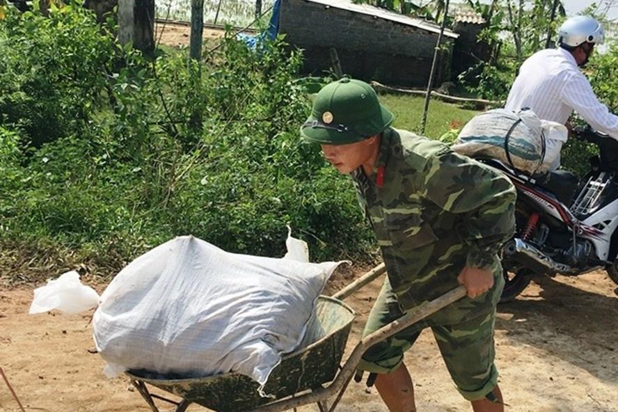 Các chiến sĩ thuộc Tiểu đoàn 40, Trung đoàn 762, Bộ chỉ huy Quân sự tỉnh Thanh Hóa đang gia cố đê tại xã Thọ Thắng. (Ảnh: HT)