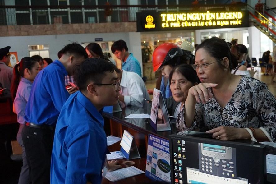 Mặc dù việc đặt vé trên mạng thuận lợi, không nghẽn mạng, nhưng nếu hành khách vào chậm sẽ hết chỗ đặt vé các chặng ngắn. Ảnh: MINH QUÂN