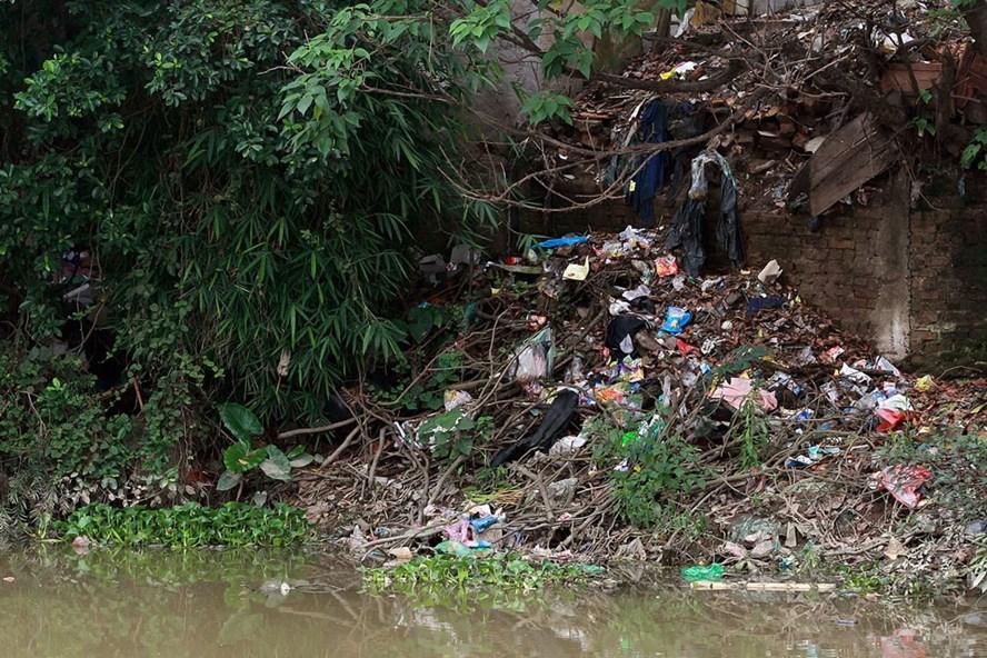 Ô nhiễm môi trường dòng sông Nhuệ đoạn chảy qua Hà Đông. Ảnh: HẢI NGUYỄN
