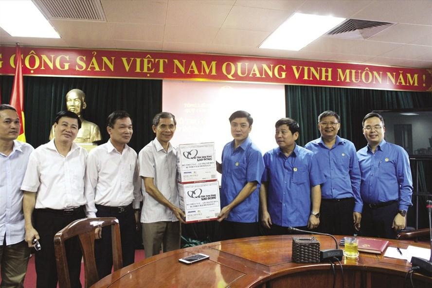 Chủ tịch Tổng LĐLĐVN Bùi Văn Cường (bên phải) trao quà từ Quỹ Tấm lòng Vàng hỗ trợ cho LĐLĐ tỉnh Thanh Hoá để gửi tới CNLĐ đang gặp khó khăn do lũ lụt. Ảnh: V.H