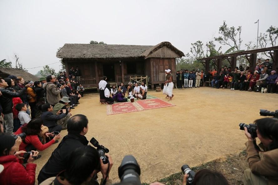 Đầu năm 2016, tại làng văn hóa các hoạt động biểu diễn của đồng bào các dân tộc diễn ra thường xuyên đã góp phần thu hút khách du lịch từ chỗ chỉ khoảng 200.000 lượt khách/năm, lên 500.000 lượt khách. Ảnh: HẢI NGUYỄN