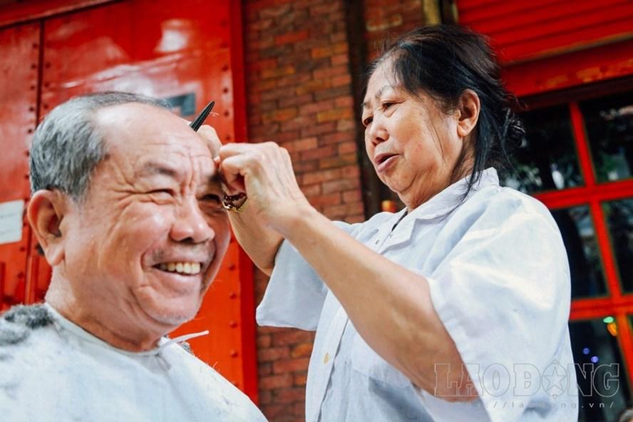 Hình ảnh mỗi buổi sáng, bà Thu cần mẫn cắt tóc như một nét rất đỗi quen thuộc trong phố cổ.
