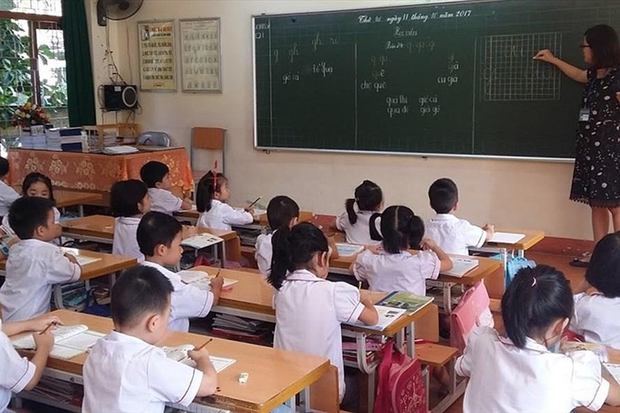 Thiếu lớp học, thiếu giáo viên, các lớp đều phải nhồi nhét từ 40-50 học sinh, trong khi phòng làm việc của nhiều hiệu trưởng lại quá rộng (Ảnh: Nguyễn Hùng).