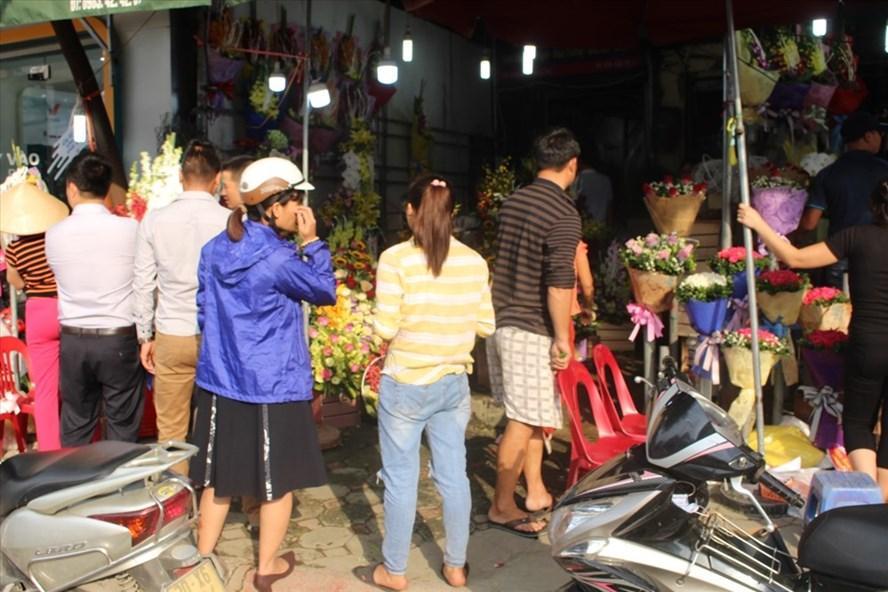 Đông đúc người tới mua hoa tại một cửa hàng hoa trên đường Nguyễn Phong Sắc dù đã cuối giờ chiều. Ảnh : Lại Trang