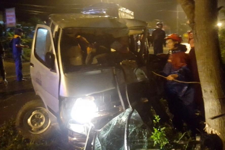Xe ôtô đâm vào gốc cây bên đường, tài xế bị mắc kẹt ở trong cabin. Ảnh: CT.